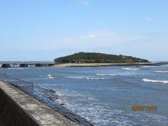 南広場から海岸沿いの遊歩道を青島に向かいます。歩いて5分程で青島 が見えてきました。