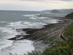 青島から国道220号を南下し、途中ひむか神話街道にそれて、堀切峠へ。洗濯岩の海岸線が広がります。台風の影響で波が荒く、残念ながら期待した南国の景色とはなりませんでしたが、それでも絶景です。