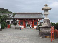 台風からの風が強まってきたので、先を急ぎます。国道220号をさらに南下して約20㎞、30分ほどで鵜戸神社にやってきました。