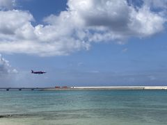 何となく飛行機を眺めようかと思って来たのですが・・・どうやら海側の滑走路を使っているようで、ちょっと残念でした(^_^;)