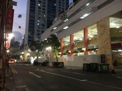 シンガポールの夜明けは遅い。 早朝に見えますが、まだ7時位といったところ。
