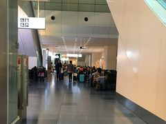 羽田到着! 夜中の1時です。  しかし春休みなのでロビーで空港泊する学生さんらしき人達で溢れてます。
