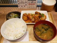 仙台駅に到着するとお腹がすきます。がっつり食べられるもの!と探したところ、仙台駅2Fにあるダテ カフェ オーダーさんへ。  芋煮セットとなやみましたが、がっつり食べたかったので竜田揚げ定食。 駅ナカなのにこれで715円です。  前回もこちらでお世話になり、今回も帰りがけにもう一度お邪魔することに(笑) 雨の日には温かいものが食べたかったのと、量もちょうどよく良い感じに満腹。 ほっと一息ついたので、さぁ観光に向かいましょう!