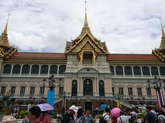 11時40分、ワット・プラケオと同じ敷地内にある王宮も見学しました。ヨーロッパの建物(壁)とアジアの建物(屋根)が融合したような造りで、芸術的でした。