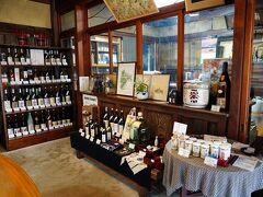 その一角に、酒持田本店と言う酒蔵があったので覗いてみる。 木の温もりを感じる落ち着きのある店舗で、尋ねると、試飲も出来るというので、もちろんいただくことにする。