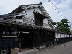 再び表通りに戻り、先へと進むと、今度は立派な建物が見えてきた。 江戸時代に地主であった本石橋邸の建物で、見学が出来るらしいが、入口の戸が閉まっていて入ることが出来なかった。