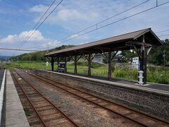 駅へと戻り、12時40分発の電車に乗り、一畑口駅へと向かう。 10分ほどで到着した一畑口駅は、平地にある珍しいスイッチバックの駅。 この駅で降りたのは、私だけだった。 駅構内はとても静かで、穏やかな時間が流れていた。