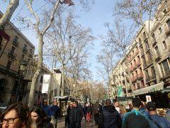 バルセロナの目抜き通りランブラス通りに来ました。 「ランブラ」はアラビア語で水の流れを意味していて、その名の通り昔ここには小川が流れていたそうです。 19世紀中旬に遊歩道として整備され、今ではおしゃれなショップが立ち並んでいます。 娘たちはスペインコスメのブランドショップで友達へのおみやげを買っていました。 次女なんて、ちょっと前まで剣とか買って喜んでたのに、すっかり女子です。