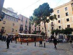 サンタ・マリア・デル・ピ教会の前にあるピ広場。 広場の一角にストリートマーケットが立っていましたが、バルセロナ近郊から様々な手作り食品や自然食品が集まってくるそうです。 見た目もきれいな板チョコとか、はちみつ、オリーブオイルなどが売っていて、なかなか楽しかったです。