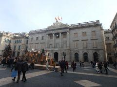 サン・ジャウマ広場の自治政府庁。 きれいな建物で四方囲まれています。