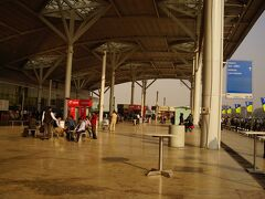 ニューデリー空港(インディラ・ガンディー国際空港)に到着 IndiGoはターミナル1の利用のため、市内に出るにはメトロ駅のあるターミナル3にバスで移動しなければならない 空港内なのに、ルートが大回りの道になっていて、結構な距離を走った メトロのチケットはこのターミナル1の出口付近でも売っている