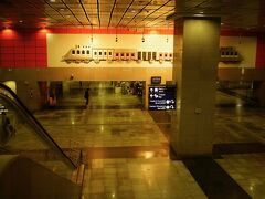 デリー空港から20分でニューデリー(メトロ)駅に到着 空港メトロはできたばかりというのもあって、駅もキレイ。空港も含めまだインドらしさは感じられないけど。。。