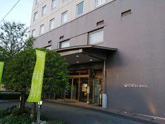 湯村温泉の宿は、湯村ホテルB&B。 向かいには、甲府記念日ホテル&コンビニ。