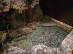 別館1階にある、宿泊者専用露天風呂の隠し湯。 本館の大浴場と同じ源泉かけ流しで、少し匂いがする無色透明のお湯。 湯上りは肌がすべすべ~