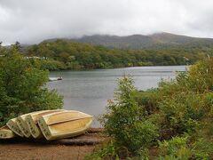 最初の観光地は、昼食休憩を兼ねて、須川湖(朱沼)湖畔の散策からです。