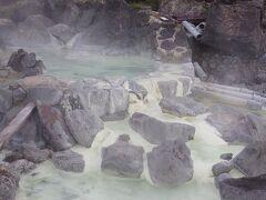 午後は須川高原の紅葉を愛でるハイキングです。2時間の自由散策です。 栗駒山登山道入口から少し入ったところの須川高原温泉源泉です。
