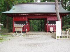 2020年10月7日(水)、本日は出羽三山観光です。最初は羽黒山神社です。時間の関係で、山頂の本殿までは行かず、下の羽黒山五重塔までです。 随神門です。本来は仁王門で、明治維新の神仏分離で改名されました。元禄8年(1695)に由利郡(秋田県)矢島藩主生駒氏が寄進したものです。