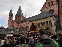 土曜日の昼間、広場は賑わっています!