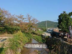 茶屋でおやつタイム終了したところで、山辺の道、を歩いて、箸墓古墳へ向かいます。 日が傾いてきましたが、こっち側から見る三輪山もなかなか。土手の桜並木ですが、若干紅葉してきましたね。