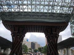 金沢駅の兼六園口を出るとお馴染みの鼓門がお出迎え。
