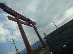 さて、チェックアウト後は有名な神社に参拝します。  道路上には巨大な鳥居が!