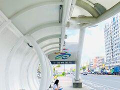食後、MRTで小港駅へ。そこからバスに乗り換え。このバス停ではスマホの充電ができる。