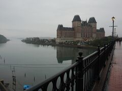 橋を渡ってハウステンボスに向かうと、ホテルオークラJRハウステンボスが見えてくる。
