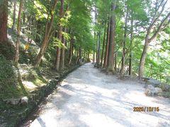 香積寺に行く参道を歩きます。行き交う人も無く静かです。