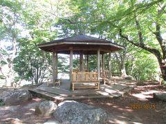 飯盛山山頂にあります休憩所の東屋 ここで一休みをします 山頂からは足助の街並みの一部が見えます