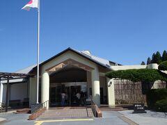 知覧特攻平和会館 始め、ここは飛行学校となり、特攻基地となりました。(1945年4月1日より6月11日までにここから439名の若い命が空に散って行きました。南九州・沖縄・台湾の特攻基地から沖縄決戦に隊員1036名の遺品・遺書を中心に展示・公開されています。陸軍戦闘機「疾風」や「隼」の実機の展示もあります。)内部は撮影禁止で、ゼロ戦のみ撮影が出来ます。 沢山の隊員の遺影・遺書・絶筆が展示され、言葉を失います。 飛行機の右には爆弾250Kg 左には燃料タンクをつけます。