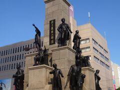 駅前にある「若き薩摩の群像」(大阪経済の元になった五代友厚や薩摩藩英国領学生等の像があります。)