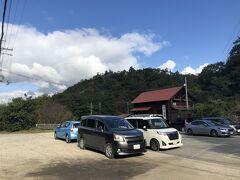 2020.10.15 木 AM8:37 万葉の森レストハウス駐車場(無料ですが西側はレストハウス用と言う情報)また駐車場は県道逆側にも有ります。