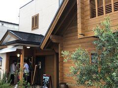 """8時半前に名古屋市名東区を出発し、最初に目指したのは瑞浪の「恵那川上屋」です。 この店舗横に今年9月「里の菓茶房」がオープンし、いつも大行列と聞く恵那本店の人気メニュー""""栗一筋""""が食べられます。"""