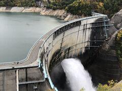 黒部ダムバス停に到着すると、右は220段の地中階段を登って展望台へ、左はそのままダム堰堤へと繋がっています。 この時点で雨は上がっていましたし、ここまで来たら展望台へ行くしかありません。 苦労して登った展望台からの絶景には息を飲まざるを得ません。 観光放水も来週15日で終了となるため週末に見られるのはこの週末が最後です。