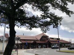 9時過ぎにチェックアウトし信濃大町駅へ向かいます。 最近ではどこの駅も建て替えで近代化され味気ないことこのうえない状況ですが、先月の釧路駅と同じく、できることなら残していただきたい駅舎です。