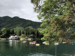 相方は高性能E-Bikeですが、こちらはたった2段変速の小型フォールディングバイクBrompton S2Lです。 経験差、体力差などはこれでほぼイーブンとなるでしょう。 まずは大町市を北上し、最初に辿り着く湖は木崎湖です。 さすが仁科三湖ではいちばんレジャーが盛んな湖だけありワカサギ釣りのボートがたくさん浮かんでいます。