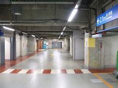 首都高の流れは順調。 横浜駅西口出口から500m、3分。横浜ベイシェラトンホテル&タワーズの地下駐車場へ。 ステアリングを回すと、タイヤからキュルキュルと音が響く。  1泊1,900円。今回はプラン特典で無料。