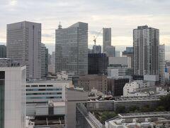 翌朝、7時半起床。  1716号室よりみなとみらい21方面を眺める。 横浜ランドマークタワーの上層階に横浜ロイヤルパークホテルがある。