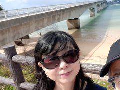 40分程ドライブして まずは古宇利島へ向かいます。  今からこの橋渡ります。 古宇利大橋は無料で渡れる橋としては日本で2番目に長い橋。