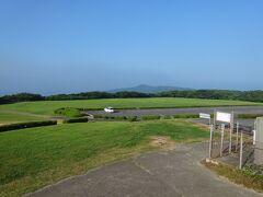 「山口県と津和野ぶらりたび」3日目。今日は、元乃隅神社、角島、福徳稲荷神社、下関市内、門司港、長府などを巡るため7:00にホテルを出発。約18km、7:25に「千畳敷」の駐車場(無料)に到着。標高333mの高台にある駐車場方面は、緑の大草原・芝生が広がり、爽やかな美しい風景が目に入ります。あれ、333mと言えば東京タワ-の高さと同じですね。