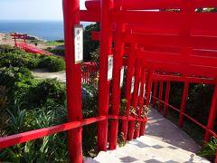 日本海の青と周辺の緑そして鳥居の朱色のコントラストが美しく、世界一賽銭が入れにくい神社です。