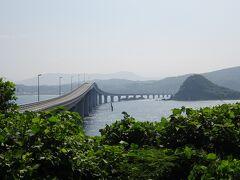 人口約700人の、角島の「瀬崎陽の公園」からの撮影です。本州から角島に渡ってすぐ左手にある公園で、駐車場と展望台はありますがなぜか観光客は少ないです。島内から角島大橋がよく見えるたぶん唯一のビュースポットです。