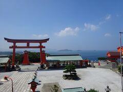 本殿から朱色の大鳥居越しに、日本海の碧い海、青い空、白い雲、遠くの島々が見える絶景スポットです。