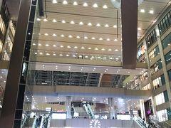 大阪駅を出て、ホテルへと向かっていきます