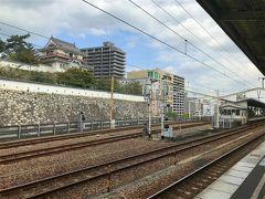 1時間40分後、福山へ到着!ホームの目の前に福山城が。  ここから在来線に乗り換え、 船がでる港のある町、笠岡(岡山)へ向かいます。