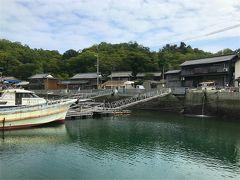 桟橋から見た本浦港の町並み。 ノスタルジックな風情のある町並みです。