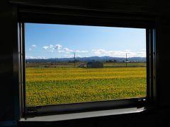 折り返し列車が発車。途中、ヒマワリ畑も。