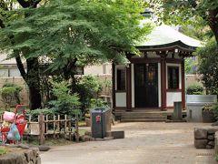 岡倉天心記念公園(谷中5丁目) この地に日本美術院が開院したのは明治31年(1898)のこと。日本美術院は、岡倉天心を中心に、日本美術と各自作家の特長を織り込みながら、その発達応用を自在に得ることを目的に創設された美術研究団体でした。橋本雅邦を主幹に、評議員に横山大観、菱田春草、六角紫水らが名前を連ねています。 当時、日本美術院の道路を隔てた向かいに、形も大きさも全く同じ、茅葺二階建ての風変わりな建物が8軒、突如姿を現しました。これは日本美術院の中心メンバーであった横山大観、下村観山、菱田春草、西郷孤月、寺崎廣業、小堀鞆音、岡部覚彌、剣持忠四郎の8人と、その家族が住んでいたもので、通称「谷中八軒屋」と呼ばれました。 (東京都教育委員会「東京都文化財めぐり」より抜粋)  小さいながら春には桜がきれいに咲く公園として親しまれています。