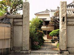 長安寺 臨済宗妙心寺派寺院のお寺です。老山和尚禅師(享保9年1724年寂)が開基。 江戸最古の七福神巡礼「谷中七福神」の寿老人が祀られている寺院として知られます。 また上野王子駒込辺三十三ヶ所観音霊場22番札所にもなっています。 墓地には、絵師の狩野芳崖と妻ヨシの墓所があります。日本の近代美術史に大きな足跡をのこし、上野の歴史にも関わりの深い人物の史跡として貴重です。