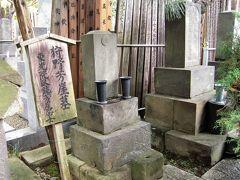 狩野芳崖の墓 谷中の長安寺に加納芳崖のお墓と板碑があり、それぞれ台東区の史跡と有形文化財に指定されています。 狩野芳崖(1828年2月- 1888年11月)は、幕末から明治期の日本画家で近代日本画の父といわれます。盟友の橋本雅邦と共に、日本画において江戸時代と明治時代を橋渡しする役割を担うと共に狩野派の最後を飾った絵師のひとりです。東京芸術大学美術学部の前身・東京美術学校の創立にも尽力した人物です。